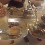 petit dessert glacer avec ses delicieux macaron ainsi qu'un bon thé à la menthe