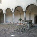 Il chiostro dei Carmelitani (a 2 km)