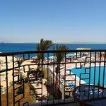 la vue sur la piscine et la mer de notre chambre