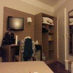 scrivania, frigo, armadio, cassaforte e porta del bagno
