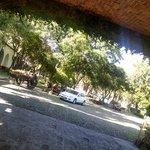 una hermosa entrada de una hermoso hotel hacienda