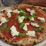 Pizza tricolore (bufala, pomodoro, pesto)