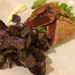 Filetto di tonno con semi di sesamo, patatine viola e insalata! Meraviglioso!!!