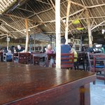 Днем туристы из Бамбури приходят перекусить и поболтать