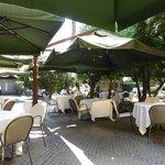 Très agréable terrasse sous les parasols