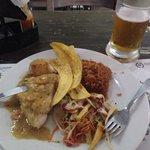 Filé de pescado com molho de camarão, arroz de coco e banana frita
