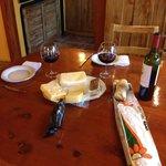 Vinho e queijos dentro do quarto