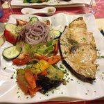 Pesce spada alla griglia con contorno di fresca verdura mista
