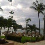 Terraza de la habitacion muy cerca de la playa y la alberca