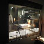 ベッドルームからバスルームがガラス越しに。ブラインドを下ろすと壁になる。