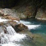 青い水と滝