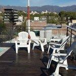 El mayor encanto del hotel: la terraza con piscinita,es un fraude, con la piscina vacia, vistas