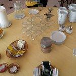 Desayuno basico (no se ve el cafè, croissant y tostadas con mantequilla y dulce de leche),