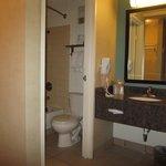 Salle de bain petite mais propre et fonctionnelle