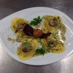 Ravioloni farci de homard, râpée de truffes noires.