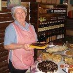 Nossa mãe querida com o bolo de cenoura fresquinho!