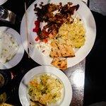 Grillteller mit Souvlaki, Gyros und Bifteki. Dazu Reis, Weißbrot, Krautsalat und Zaziki