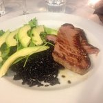 Nydelig Tunfisk med sort ris og avokado