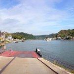 Blick von der Fähre auf Rhein und St. Goar