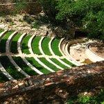 L'amphithéâtre en plein air, et en bas l'entrée de la cénote