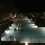 Blick auf den riesigen Pool by night