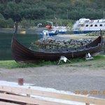 l'imbarcazione vichinga accanto all'hotel
