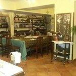 Bella sala interna con esposizione di vini