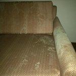 Mueble del apartamento, claramente manchado y desgastado