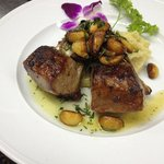 Rack or lamb with roasted garlic