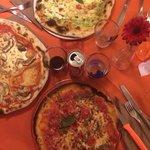 Una pizza pesto e gamberi, una coi funghi porcini e una bella Napoli senza glutine! Squisita!