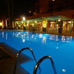Bord de la piscine by night