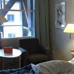 Zimmer 408 mit Fenster zur Innenhalle/Empfang