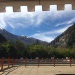 La vista desde una de las terrazas, hacia la piscina y las montañas