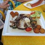 """Zbojnik"""" era carne de porco com cogumelos, cebolas e pimentões com uma batata super gostosa"""