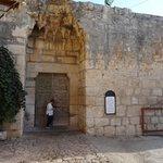 הכניסה ל'מסגד האדום' שנבנה ב 1276 -- מרחק דקה הליכה מהמלון