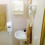Banheiro com secador e box blindex