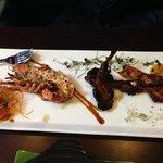Hummer, lammecarrè og kyllingspyd