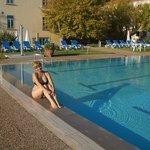 Зона отдыха с бассейном, на заднем плане само здание отеля