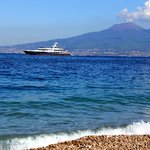 Вид с пляжа на Везувий