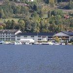 Tyrifjord Hotell, rett ved vannkanten.