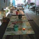 Mesa puesta para nuestra cena con velas y rodeados de plantas.