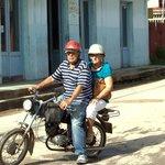 dos vecinos en moto