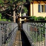Private Brücke von der Villa zum See