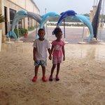 Los pequeños en la entrada del parque