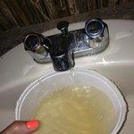 Lavamano saliendo agua sucia