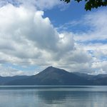 恵庭岳などの活火山に囲まれています。