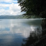 周りを山に囲まれた湖は神秘的です。