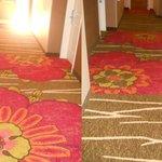 8月に宿泊した時ホテルの改装があったようです、新しくなったハイビスカスの絨毯