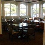 レストラン、テーブルいす新しくなり配置も変わっていました