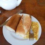 朝食 パンとオムレツ